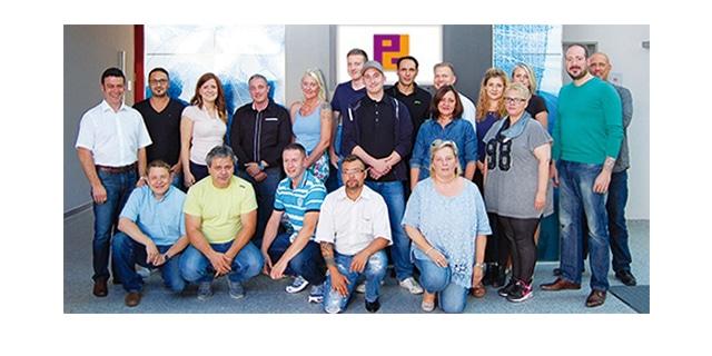 17 Mitarbeiter der Piepenbrock Dienstleistungsgruppe haben die Ausbildung zum Gebäudereiniger abgeschlossen.