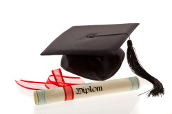 Es gibt eine Menge Wege, seine Karriere im Facility Management zu starten. Der direkte Weg führt über ein Studium.